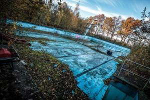 Das Motiv des verlassenen Schwimmbades