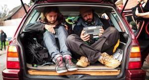 Tonmeister Kai und Regisseur Sebastian im Kofferraum des Spielfahrzeugs